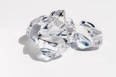 Cristal regardant des glaçons sur un fond blanc Photo stock