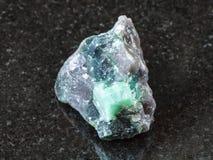Cristal rugueux de pierre gemme de Beryl dans la roche sur le noir Photos stock
