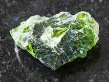 cristal rugueux de pierre gemme Diopside de Chrome sur l'obscurité Image libre de droits