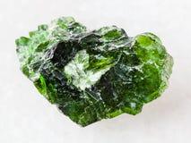 cristal rugueux de pierre gemme Diopside de Chrome sur le blanc Image stock