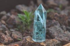 Cristal tallado místico transparente grande del zafiro azul coloreado, topacio en el primer de piedra del fondo Cuarzo mineral ma foto de archivo libre de regalías