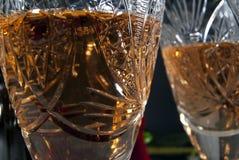 Cristal tallado vintage con el primer del vino blanco Imagen de archivo libre de regalías