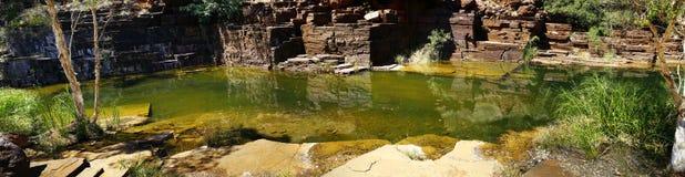 Cristal vatten i den härliga dalklyftan i Australien panpramic v fotografering för bildbyråer