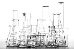 Cristalería clasificada de la química del laboratorio de ciencia Imágenes de archivo libres de regalías