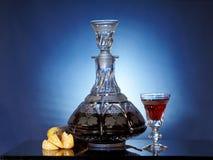 Cristalería con el licor y las frutas Foto de archivo libre de regalías