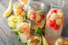 Cristalería con los cócteles y las bolas de melón deliciosos fotos de archivo