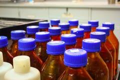 Cristalería de la botella de Brown en laboratorio químico imágenes de archivo libres de regalías