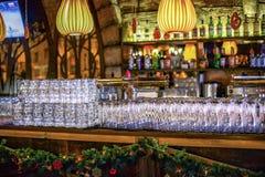Cristalería de la cerveza en la barra Decoraciones de la Navidad en la cerveza res Imágenes de archivo libres de regalías