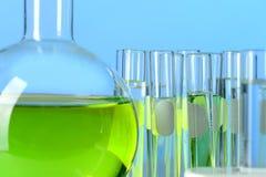 Cristalería de laboratorio con el líquido Imagen de archivo libre de regalías