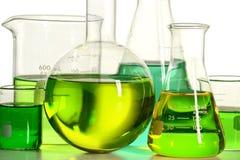 Cristalería de laboratorio con el líquido verde Imagen de archivo libre de regalías