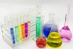 Cristalería de laboratorio con las soluciones coloridas jpg imagen de archivo