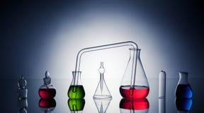 Cristalería de laboratorio con los líquidos Fotos de archivo libres de regalías