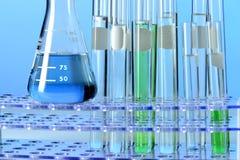 Cristalería de laboratorio con los líquidos Foto de archivo libre de regalías
