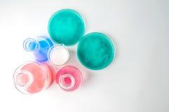 Cristalería de laboratorio con los líquidos de diversos colores imagen de archivo
