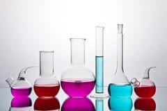 Cristalería de laboratorio con los productos químicos Imagen de archivo libre de regalías