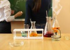 Cristalería de laboratorio de química con fórmula líquida Imagen de archivo