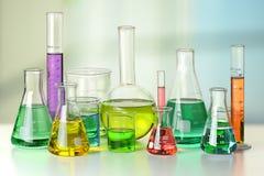 Cristalería de laboratorio en el vector Imagen de archivo