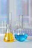 Cristalería de laboratorio en el vector Fotos de archivo