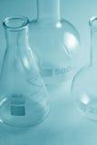 Cristalería de laboratorio en tinte verde Fotos de archivo libres de regalías