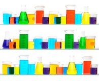 Cristalería de laboratorio en tres estantes Imagenes de archivo