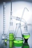Cristalería de laboratorio sobre blanco Imagen de archivo