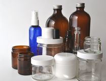 Cristalería de laboratorio, tarros médicos y cosméticos y botellas Imagen de archivo