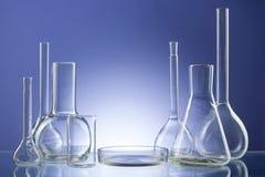 Cristalería de laboratorio vacía clasificada, tubos de ensayo Fondo médico del tono azul Copie el espacio Fotos de archivo