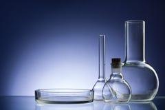 Cristalería de laboratorio vacía clasificada, tubos de ensayo Fondo médico del tono azul Copie el espacio Imagenes de archivo