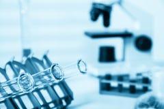 Cristalería de los tubos de ensayo closeup Pipeta que añade el líquido a uno de Imagen de archivo
