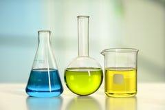 Cristalería en la tabla del laboratorio Imagen de archivo