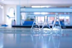 Cristalería en laboratorio de ciencia Fotos de archivo