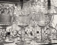 Cristalería en los estantes de cristal en la ventana de cristal foto de archivo libre de regalías