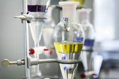 Cristalería química del experimento Imágenes de archivo libres de regalías