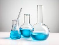 Cristalería de laboratorio de química Imagen de archivo libre de regalías