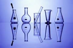 Cristalería de laboratorio en azul Fotografía de archivo