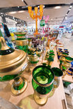 Cristalería verde en tienda Fotos de archivo