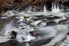 Cristales congelados del agua de río imagenes de archivo