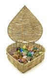 Cristales curativos almacenados en cesta en forma de corazón Fotos de archivo