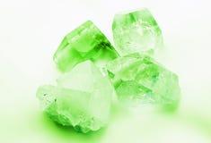 Cristales de cuarzo coloreados del verde esmeralda Fotos de archivo libres de regalías