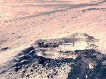 Cristales de hielo e icebergs de fusión La playa cubierta por el hielo grueso Imagenes de archivo