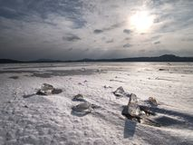 Cristales de hielo e icebergs de fusión La playa cubierta por el hielo grueso Fotografía de archivo