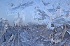 Cristales de hielo en el vidrio de la ventana en invierno Imagen de archivo libre de regalías