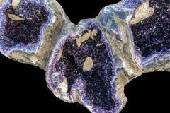 Cristales de la amatista en naturaleza Cristales de la geoda fotos de archivo libres de regalías