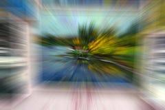 Cristales de la escarcha sobre el vidrio Formas vagas de un cuarto y de una ventana en el fondo fotografía de archivo