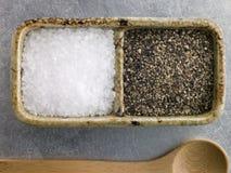 Cristales de la sal del mar y pimienta negra agrietada del curso Fotos de archivo