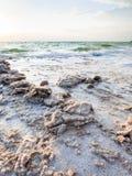 Cristales de la sal en costa del mar muerto por la tarde Imagen de archivo libre de regalías