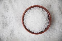 Cristales de la sal en cuenco fotografía de archivo libre de regalías