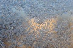 Cristales de los copos de nieve del hielo en el vidrio de la ventana Fotografía de archivo