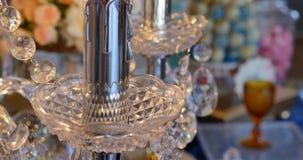 Cristales de lujo de una lámpara clásica Ciérrese encima de cristales hermosos de una lámpara de lujo Fondo de la barra de carame almacen de video