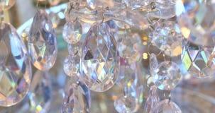 Cristales de lujo de una lámpara clásica Ciérrese encima de cristales hermosos de una lámpara de lujo Fondo de la barra de carame almacen de metraje de vídeo